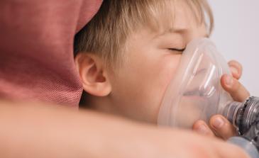 Мальчик дышит через мешок амбу