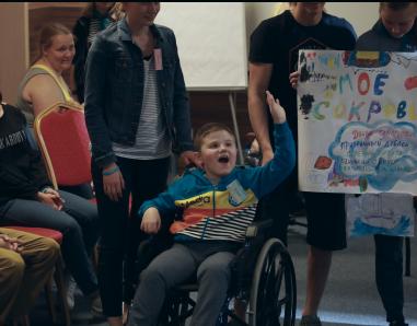 Радостный мальчик в интеграционном лагере