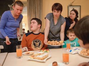 Мамы и сыновья за столом в родительском клубе