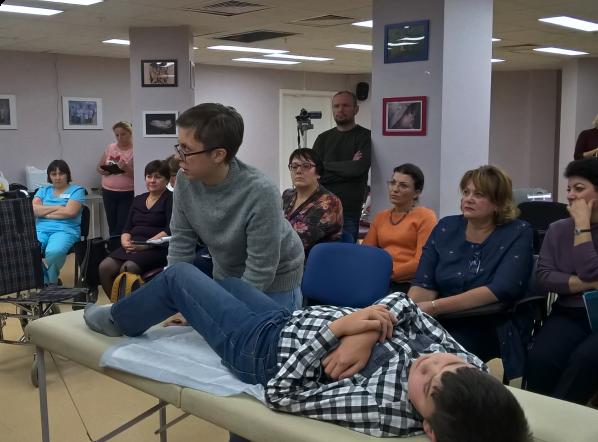 Физический терапевт обучает врачей